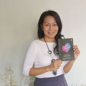 Ibu Suri @DeeLestari wif Biru Magenta. I feel so blessed :D #BiruMagenta #kumpulansajak #2015 #penulis #idola #FestivalPuisiNasional #probolinggohitz #Probolinggo #JawaTimur #Indonesia